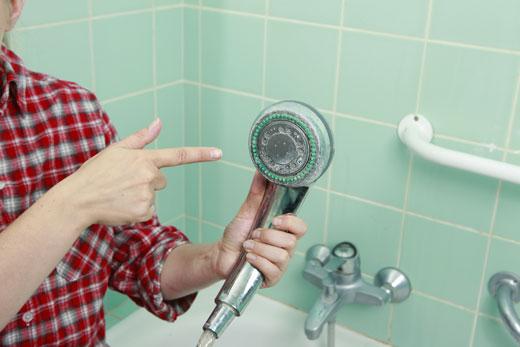 Calcare nel soffione della doccia 2 modi per eliminarlo scala - Soffione della doccia ...